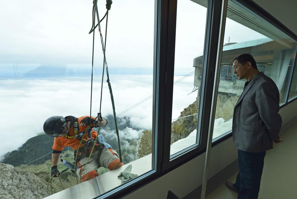 Arbeit am Seil - Fensterreinigung und Unterhaltsarbeiten am  Pilatus