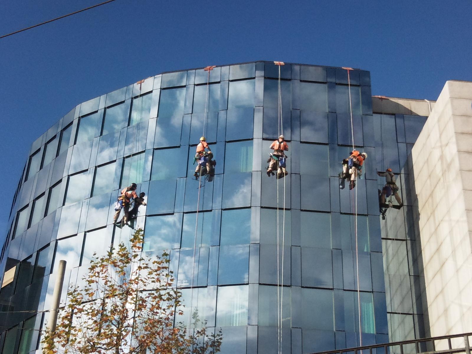 Reinigung am Seil Abseilen Höhenarbeiter Gebäudealpinisten